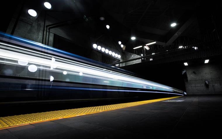 地下鉄のホームから撮影した電車の残像