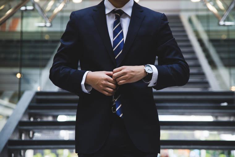 スーツでビシッと決めているエリートビジネスマン