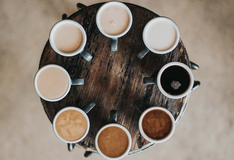 丸いテーブルの上に置かれた8種類のコーヒー
