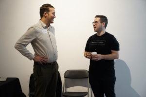会議室で相談している二人の男性