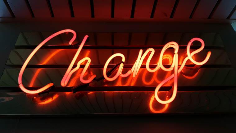 ネオンで表示されているChangeの文字