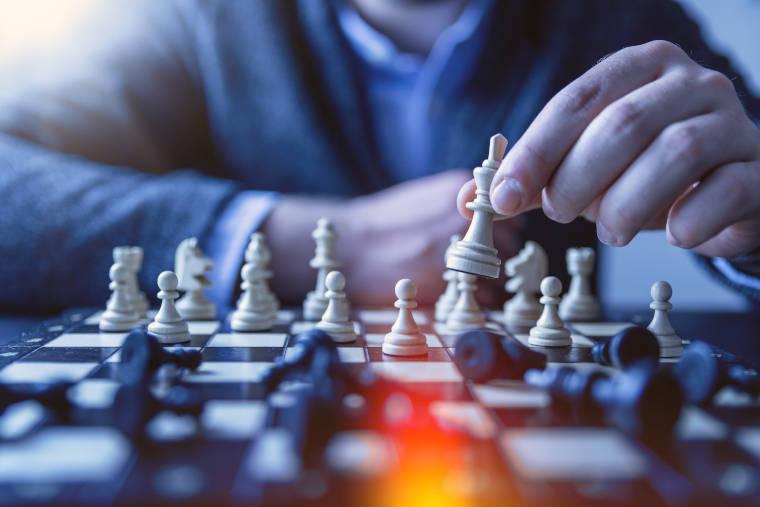 チェスを指している男性