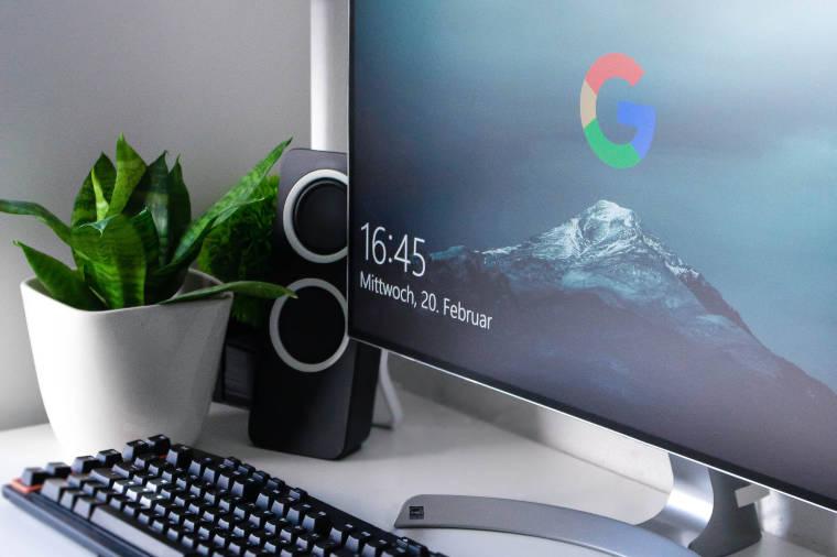 机の上にある『Googleが映っているディスプレイ』
