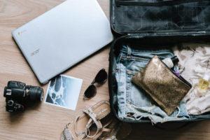 荷物がまとめられたスーツケース