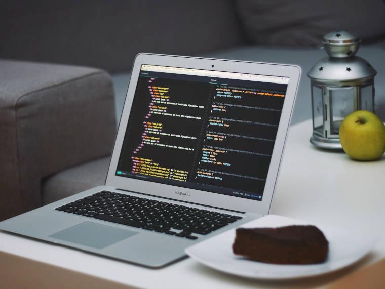 プログラムコードが表示されているノートPC