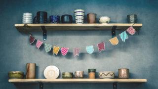壁に取り付けられた棚に置かれている食器