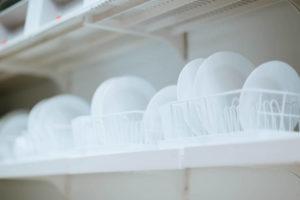 きれいに洗浄された白い食器