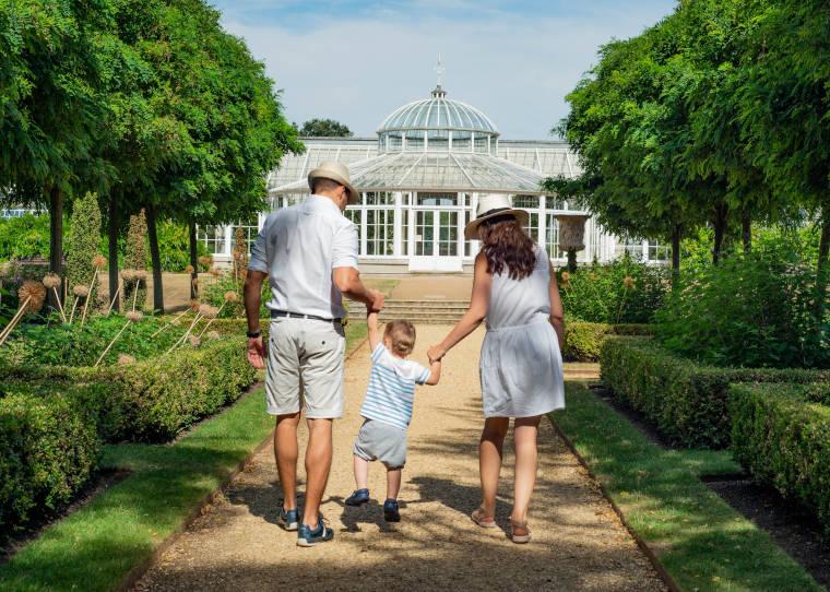 家族3人で公園を歩いている家族