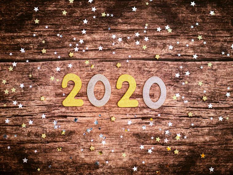 机の上に置かれた2020のブロック