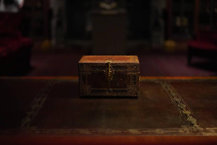 机の上にある宝箱