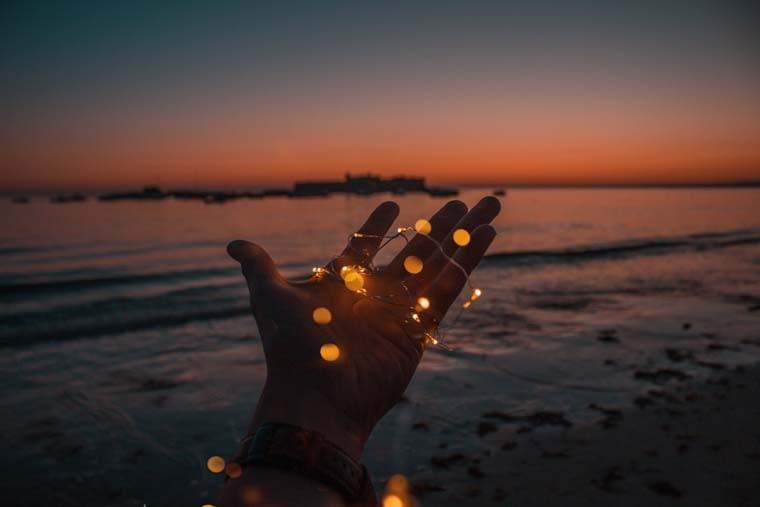 掌の上で光るイルミネーション