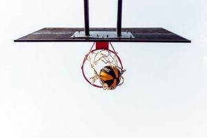 下から見たバスケットゴールに入るボール