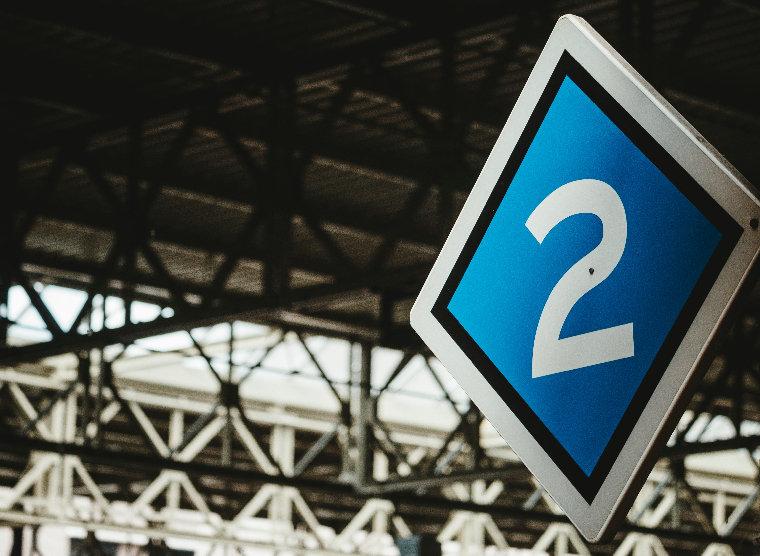 2と書かれている青い看板