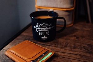 机の上のコーヒーと財布