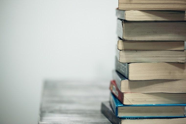 机の上に積み上げられた本