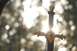 地面に突き刺さった剣